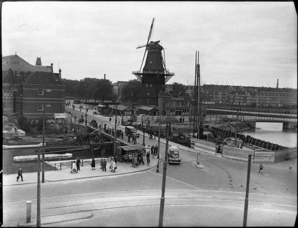 Verbreding van de brug bij de Zeeburgerdijk, Funenkade, Mauritskade, 5 mei 1950 Foto Ben van Meerendonk / AHF, collectie IISG, Amsterdam
